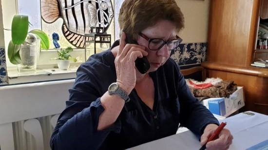 Heidi Emunds telefoniert